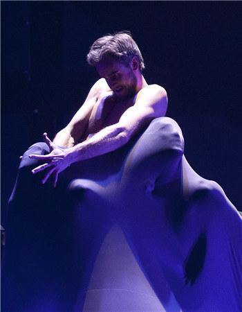 该剧的创意在于将舞者柔韧的肢体化作泥胚,在舞台之上拉伸、扭曲、塑形,最终将那些伟大的雕塑以肉身进行复制