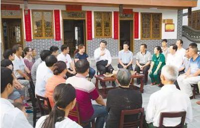 2015年6月16日至18日,习近平在贵州调研。这是16日下午,习近平在遵义县枫香镇花茂村同村民座谈。
