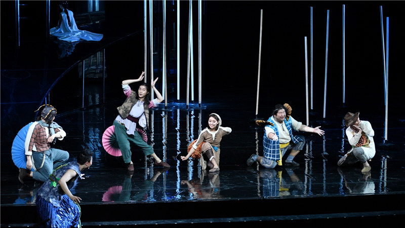 《仲夏夜之梦》每一轮复排都在演员表演、舞台调度和舞美布景上有所调整和打磨 凌风/摄