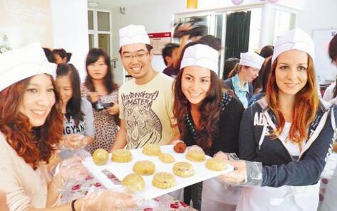 在大陆的外国留学生学做月饼。