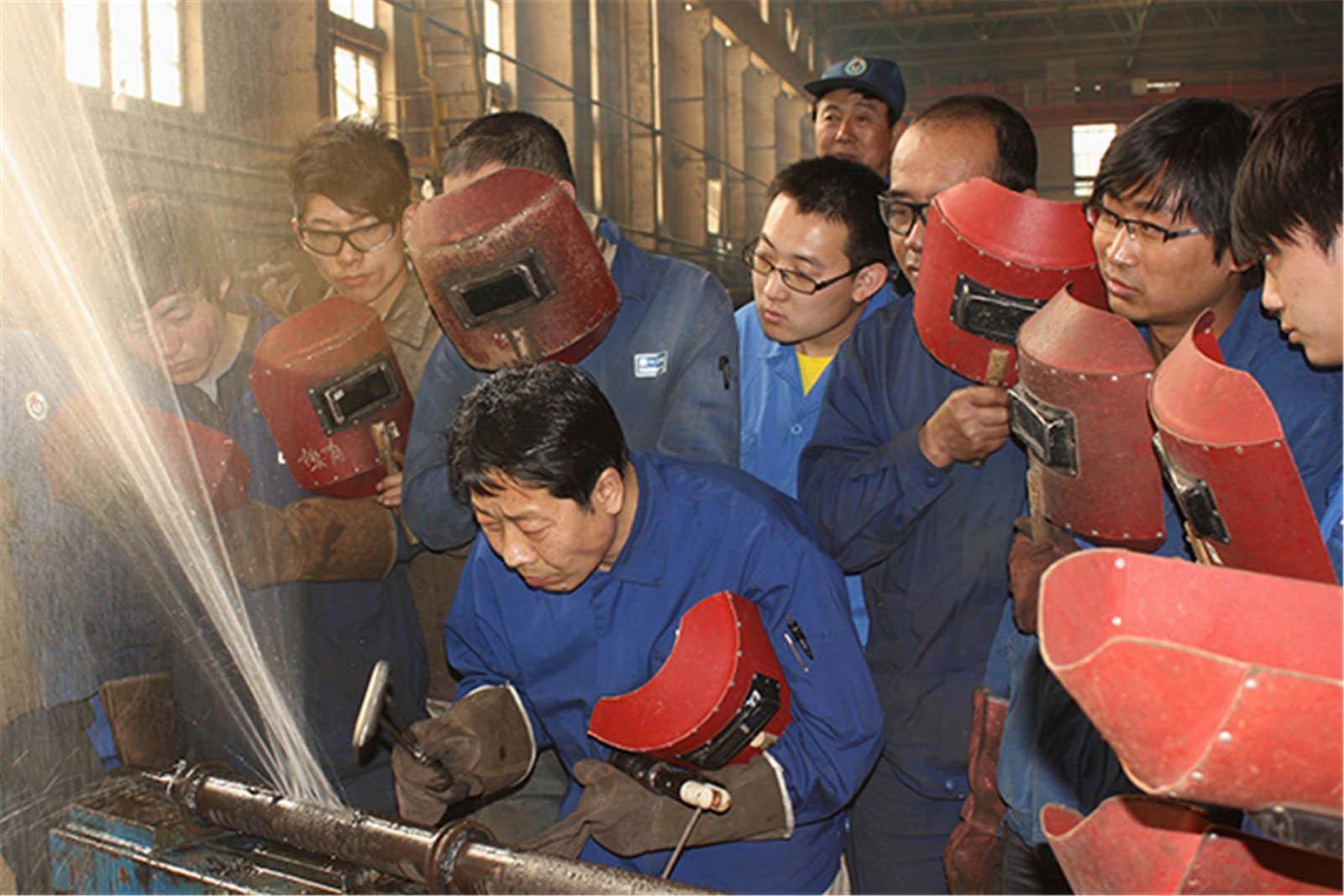 """内蒙古第一机械集团公司职工发来的""""卢仁峰创新工作室""""工作瞬间"""