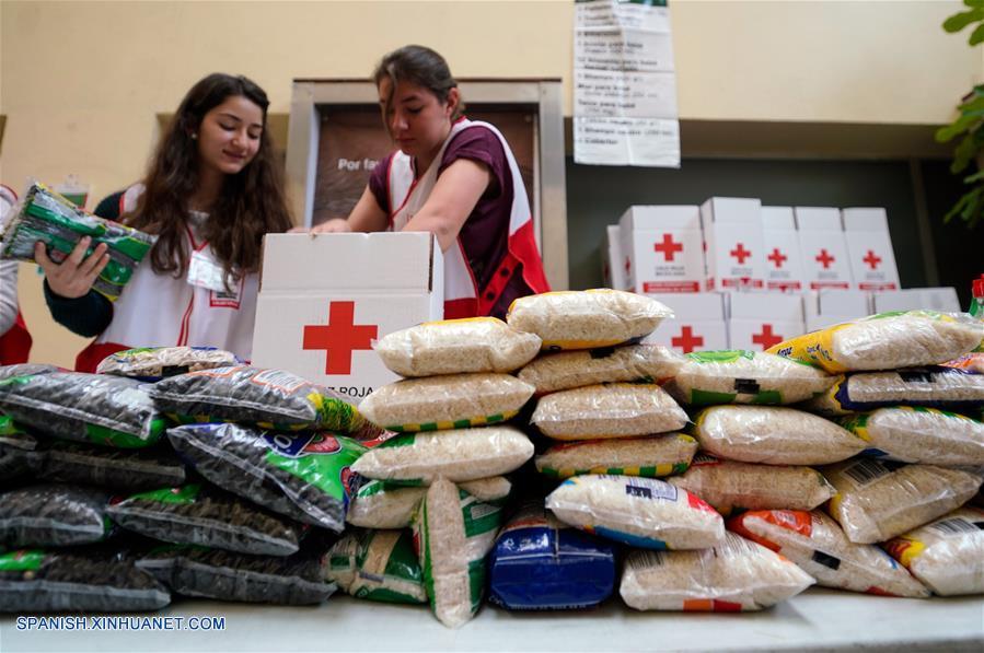 Personal de la Cruz Roja recibe donativos en el centro de acopio de la Sede Nacional de la Cruz Roja Mexicana para los damnificados por el sismo de los estados de Oaxaca y Chiapas, en la Ciudad de México, capital de México, el 9 de septiembre de 2017. Al menos 61 personas murieron y decenas resultaron heridas en el sur de México por el sismo más potente registrado en el país en un siglo, de 8.2 grados, causando daños mayores a empobrecidos poblados, informaron las autoridades. (Xinhua/Francisco Cañedo)