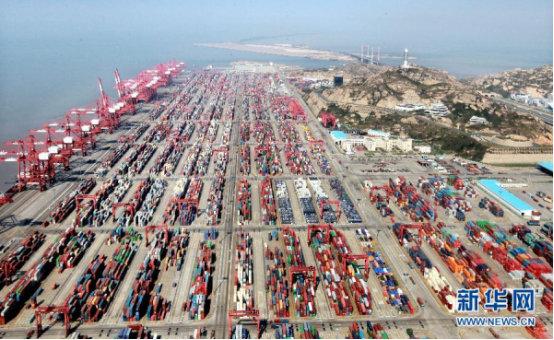 上海自贸区洋山港集装箱码头。新华社记者 凡军 摄