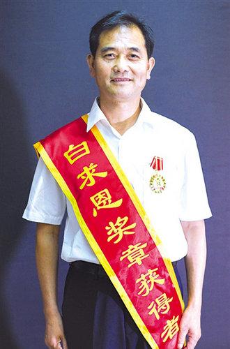 """""""白求恩奖章""""获得者王焕云:抗艾一线16年 三个""""第一""""背后的故事"""