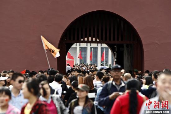 资料图:北京天安门广场每年都会迎来国庆旅游高峰。中新社发 张浩 摄