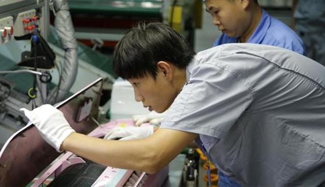 """28岁""""大工匠""""王阳阳:4分23秒完成一台空调室外机组装"""