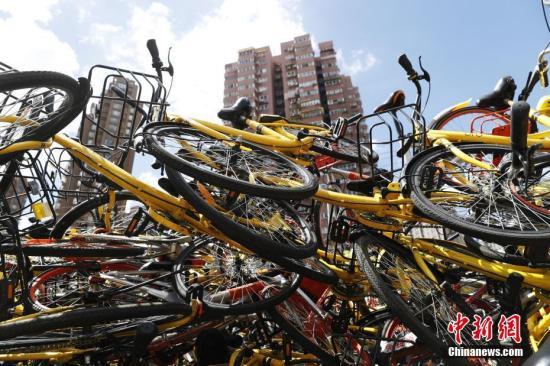资料图:上海静安区某违停非机动车堆放现场,上万辆各种颜色的共享单车被摆放的密密麻麻。 张亨伟 摄