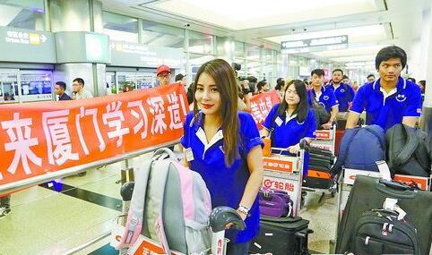 """泰国留学生统一着装,深蓝色T恤上印着""""嘉庚学子"""""""