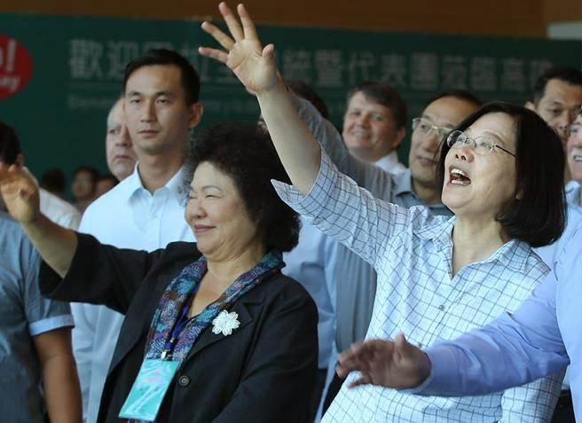台湾地区领导人蔡英文(右),高雄市长陈菊(左)