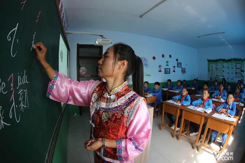三家子满族学校的满语教师在教授满语