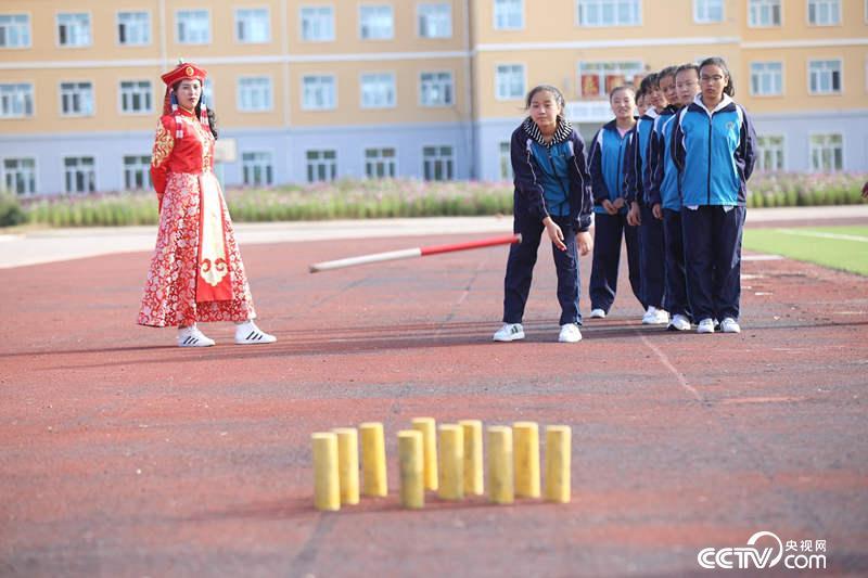 励志民族中学的老师在指导学生玩蒙古族游戏布鲁