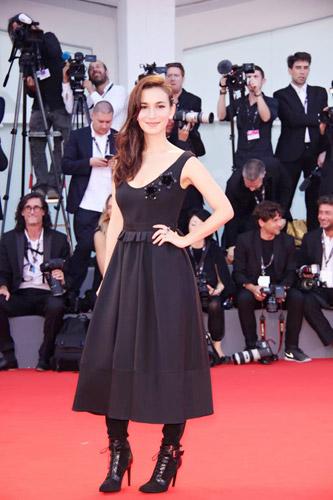卢靖姗身着黑裙黑靴出席《聚焦中国》红毯,造型干练不失妩媚,中欧混血女星气场全开