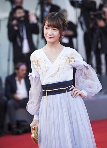 徐娇盛装登上《聚焦中国》红毯,这也是徐娇在威尼斯电影节上的首次亮相。作为资深二次元玩家,徐娇将汉服元素融入了礼服之中,造型设计颇具中国风