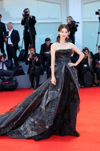 作为《聚焦中国》新力量大使,当红小花金晨身着一身黑色礼服登上《聚焦中国》红毯,精致庄重
