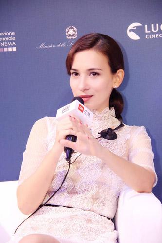 """作为中国影史目前最高票房电影的女主角,卢靖姗在论坛上谈到,[战狼2]里她所饰演的瑞秋医生体现了现代女性的力与美,尤其是这句台词——""""在这里,我不是女人,我是名医生"""""""