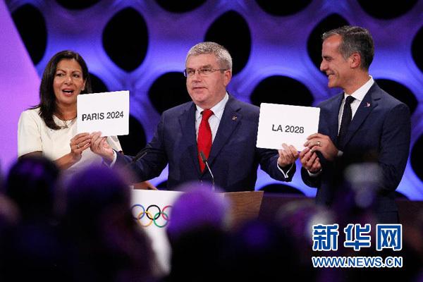 9月13日,在秘鲁利马,国际奥委会主席巴赫(中)宣布2024和2028年夏季奥运会举办城市。国际奥委会13日在秘鲁首都利马举行的第131次全会上,最终确定巴黎为2024年夏季奥运会举办地、洛杉矶为2028年夏季奥运会举办地。新华社发(路易斯·卡马乔摄)