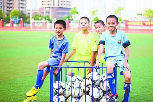 孩子们享受足球的快乐