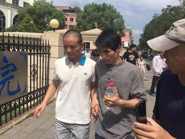 △缪新华(左)和弟弟缪新容走出法院