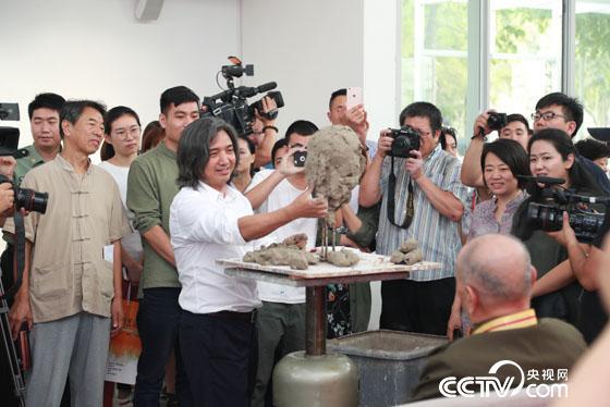 中国美术馆馆长吴为山为王彦玲先生塑像