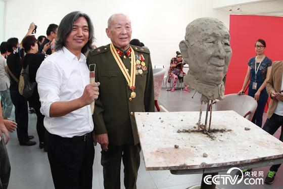 吴为山馆长与王彦玲先生合影