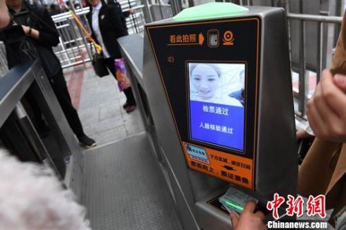 资料图:5月份兰州火车站启用人脸识别系统,可刷脸进站。