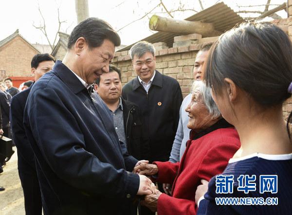 3月17日,习近平在东坝头乡张庄村看望85岁老人张景枝