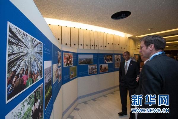 """9月11日,在瑞士日内瓦联合国万国宫,来宾参观""""全面建成小康社会与中国人权事业进展""""展览。新华社记者徐金泉摄"""