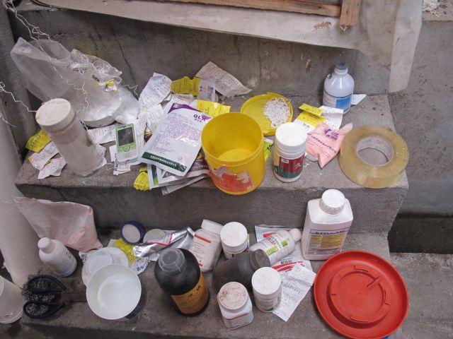 2013年9月,朱永官带领的科研团队在成都郊区某养鸡场拍摄到的饲料添加剂。中科院城市环境研究所供图。