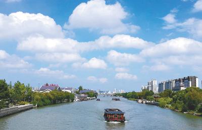 阳光强烈的夏秋午后,容易发生臭氧超标。图为蓝天白云掩映下的江南城市河畔。人民视觉
