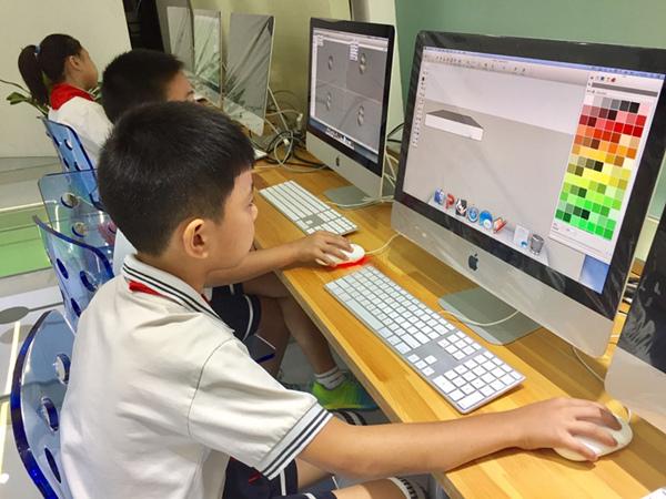 同学们在3D打印课堂操作
