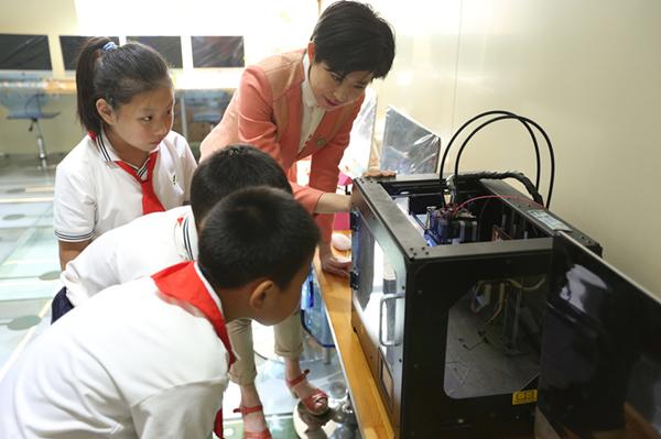 老师指导同学们打印3D作品
