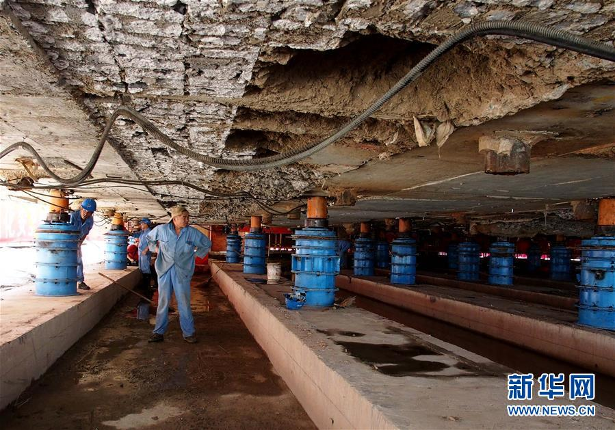 9月17日,施工人员完成大雄宝殿最后10毫米的顶升施工。新华社记者 任珑 摄