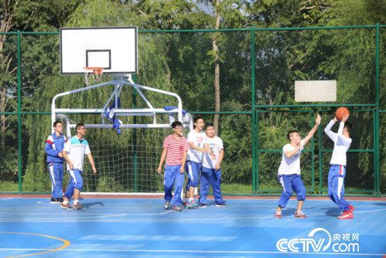 绥化一中的学生在篮球场上快乐地运动着