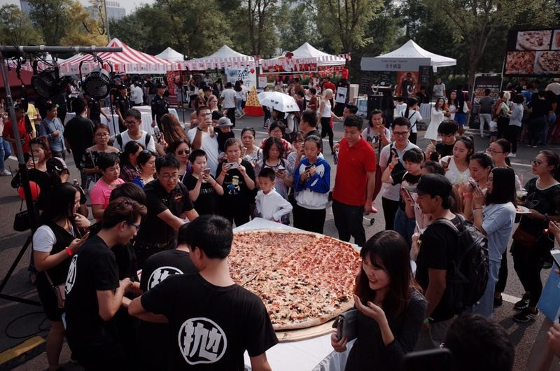 A huge pizza presented at the fest. (Photo/ thebeijinger)