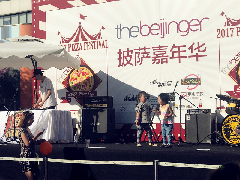 Kids dancing to the beats. (Photo/ Qian Ding)
