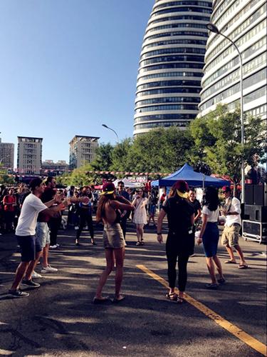 Attendees enjoying music (Photo/ Qian Ding)