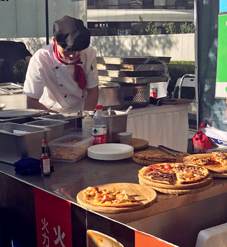 Making pizza on the spot. (Photo/ Qian Ding)
