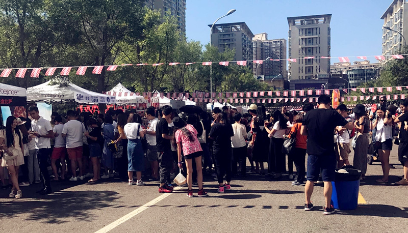 Vendors, such as Pie Squared, Boxing Cat and Baozza were big hits, huge lines stretched from one end of the grounds to the other. (Photo/Qian Ding)