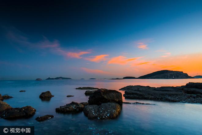 长岛县为烟台市下辖县,是山东省唯一的海岛县,位于胶东、辽东半岛之间,在黄渤海交汇处,因境内有长山岛而得名。由32个岛屿和66个明礁以及8700平方千米海域面积组成,其中有居民岛屿10个,长岛县四面环海,盛产海产品,有贝类、藻类、鱼类海产品217种,年途经候鸟320多种,达120多万只;年栖息太平洋斑海豹近400只,是国家级自然保护区和省级海豹自然保护区。 长岛县境内主要旅游景点有九丈崖、半月湾国家地质公园、庙岛古庙群、仙境源民俗风情公园、林海烽山国家森林公园、庙岛妈祖文化公园、北庄遗址等。