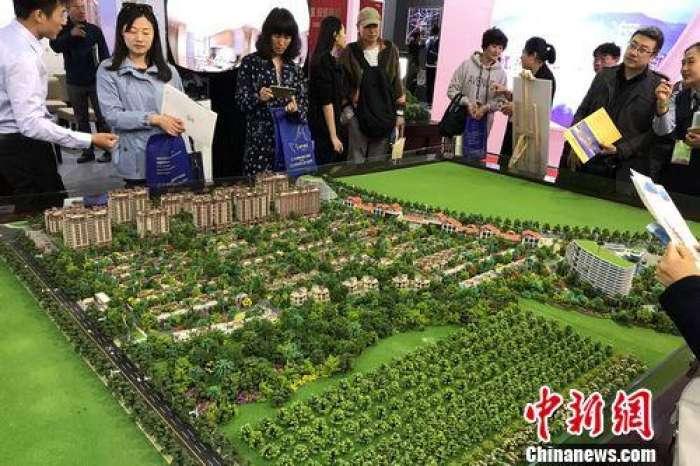 民众在2017年北京春季房展会上的某楼盘展台咨询