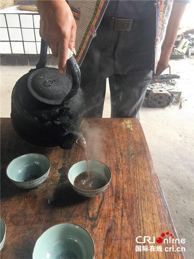 煮好的咖啡倒在大碗中供客人饮用