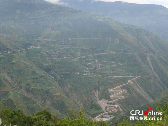 """""""朱苦拉""""在彝语中是""""弯弯曲曲的山路""""之意,进村需要经过九十九道弯,八十八道坎"""