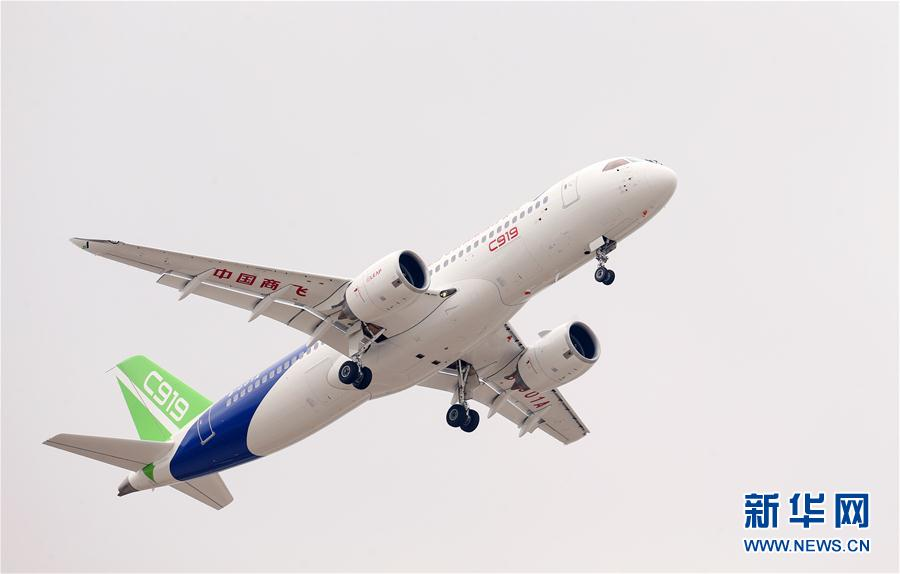 5月5日,中国首款国际主流水准的干线客机C919在上海浦东国际机场上空飞翔。  新华社记者 丁汀 摄