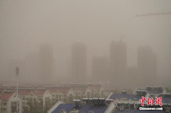 资料图:城市遭空气污染。 中新社记者 刘文华 摄