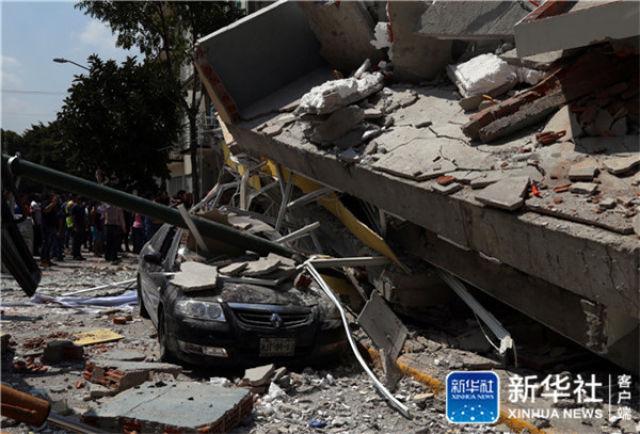 ↑这是9月19日在墨西哥首都墨西哥城拍摄的在地震中损毁的房屋和汽车。