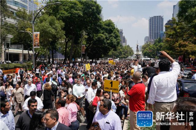 ↑9月19日,在墨西哥首都墨西哥城,人们在地震发生后聚集到大街上。