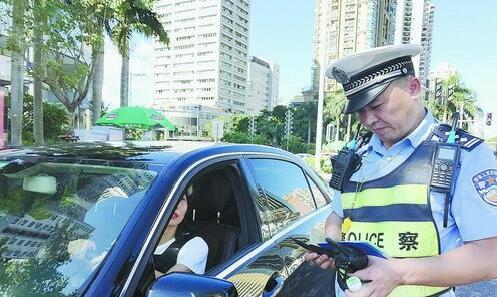 交警正在拦查车辆