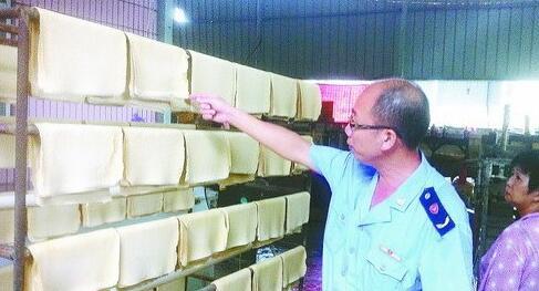 厦门集美区灌口市场监管所监管人员检查食品生产小作坊