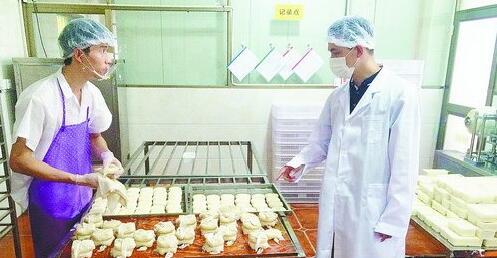 厦门市局监管人员对翔安秋豆豆制品加工店生产环节进行现场检查