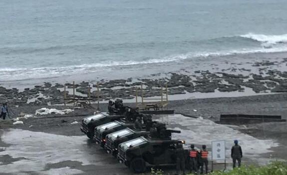 台军导弹连续3枚发射即落海,军方随即暂停演习,称天气转晴后演习可望渐入佳境。(台媒图)